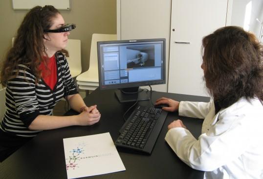 Figura 4.2 Psicoterapeuta realizando una sesión de tratamiento con VirtualRET®