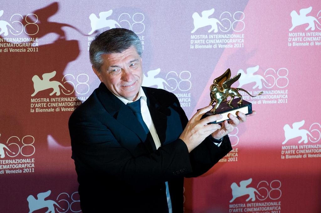 Captura de Alexander Sokurov  mostrado su Globo de Oro por el film Faust.