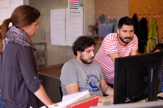 Tres personas trabajando frente a un ordenador