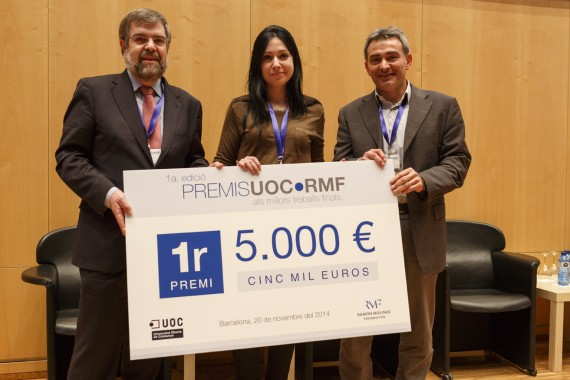 Antònia Lorente posando con un enomre cheque de 5.000 euros