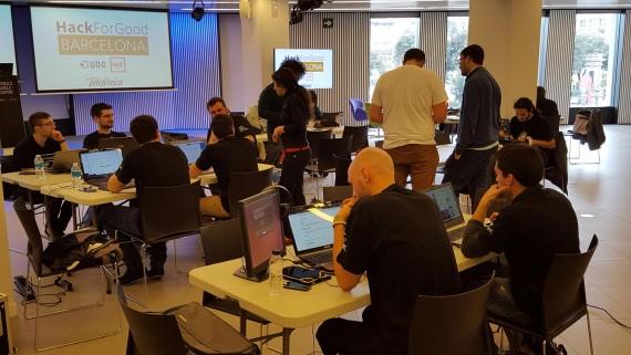 Trabajo en equipo de hackers, mentores y voluntarios. HackForGood 2016 Barcelona. Foto: Antoni Marín Amatller.