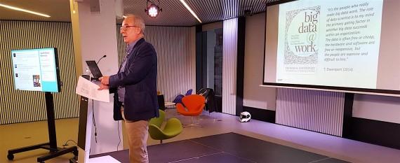 Jose Ramón Rodríguez durante su charla: Cómo son las empresas (y los profesionales) orientados a los datos. HackForGood 2016 Barcelona. Foto: Antoni Marín Amatller.