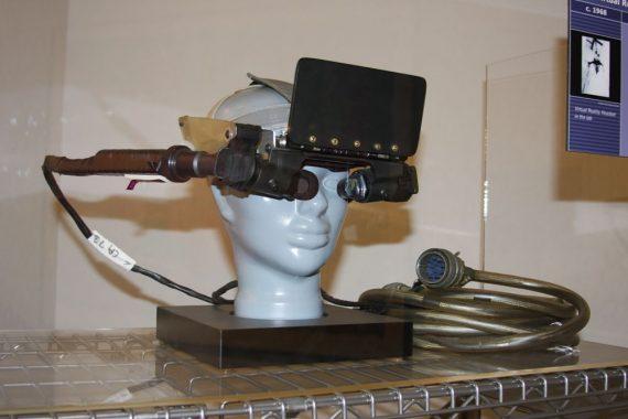 Uno de los primeros prototipos de sistema de RV, creado por el equipo de Ivan Sutherland hacia 1968 Foto de Pargon, 2008, publicada bajo Creative Commons BY 2.0 en Flickr: https://flic.kr/p/4HYWqe