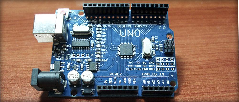 Arduino UNO R3 compatible CH340 y placa de pruebas