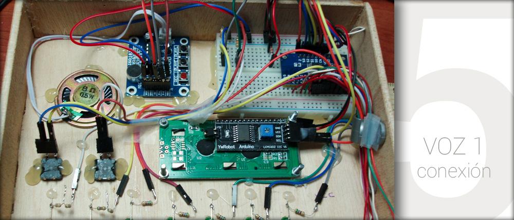 Vista interior de la caja con el módulo de grabación/reproducción de voz